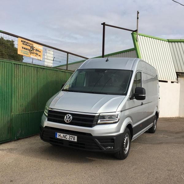 STØRST PÅ VARE: Volkswagen har nettopp lansert Crafter som kommer til Norge neste år. Blant varebilene er Volkswagen desidert størst med en markedsandel på nesten 30 prosent. (Foto: Jan Harry Svendsen)