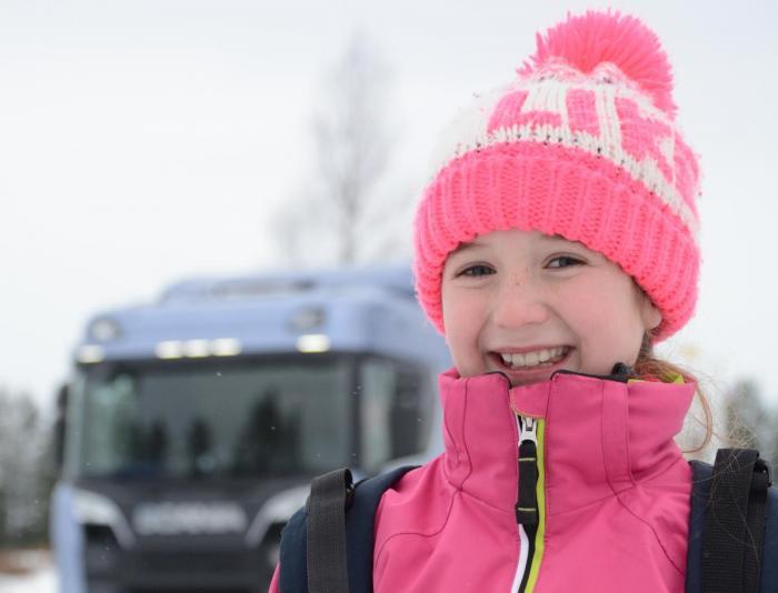 HOVEDROLLE: Jenny Larsen fra Brøttum er ti år gammel. Hun har hovedrollen i NLFs nye film som får en sentral plass i trafikksikkerhetspakken Venner på veien. (Foto : Jan Harry Svendsen)
